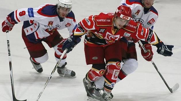 Havlíčkobrodští hokejisté (zleva v bílých dresech útočníci Chris Smith a Daniel Vrdlovec) se v posledních kolech první ligy trápí, na body už čekají čtyři kola. Ve středu zkusí nepříznivou sérii zlomit na ledě posledního Tábora.