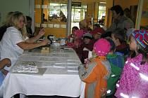 Pomůcky pro lidi s vadou sluchu zaujaly i děti z mateřské školy.