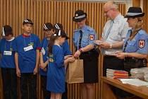 Dětem, které navštěvují kroužek mladých strážníků, předal dekret starosta Jan Tecl.