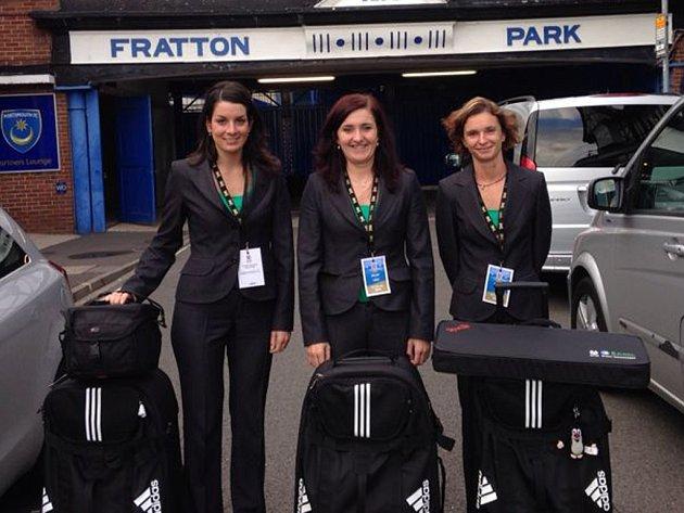 Zkušenosti. Ty fotbalová rozhodčí Olga Zadinová (uprostřed) nabírala především na ME U19 žen ve Walesu, kde kromě dvou zápasů ve skupině odpískala i semifinálový duel.