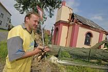 Kapličku na návsi loni slavnostně představili rodákům při srazu. Teď ji mohou začít opravovat znovu. Celkově napáchala vichřice v obci mnoho škod.