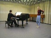 Asi osm desítek žáků základních uměleckých škol z okresu Havlíčkův Brod soutěžilo ve čtvrtek v sále Základní umělecké školy J. V. Stamice v Havlíčkově Brodě v sólovém a komorním zpěvu.