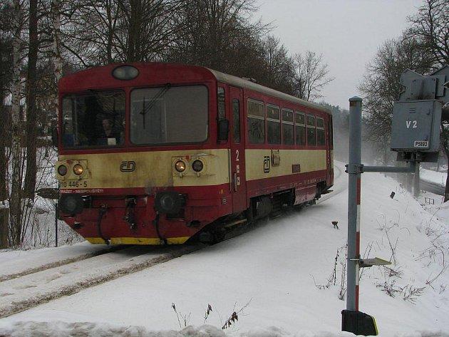 Motorový vlak na trati Havlíčkův Brod – Čerčany, kterým ve středu reportéři Deníku dopoledne jeli, projíždí železničním přejezdem za Světlou nad Sázavou. Přestože šlo o starý typ, základní komfort cestujícím přece jen nabídl.