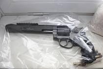 V autě zadrženého muže našli spolu s drogami policisté airsoftový revolver.
