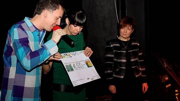 Ředitelka školy Klára Sojková (zcela vpravo) převzala darovací šeky na vybavení místnosti Snoezelen.
