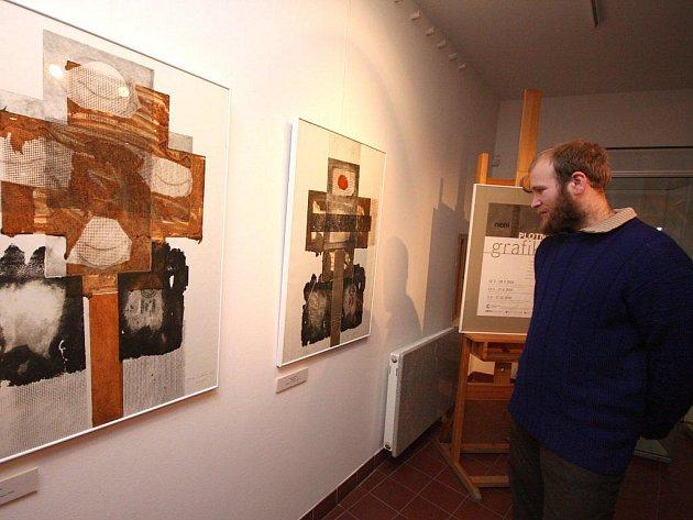 Návštěvník výstavy si prohlíží hlubotisk Jaromíry Němcové nazvaný Kříž. Originální grafické práce si mohou všichni milovníci výtvarného umění prohlédnout v havlíčkobrodské galerii  až do  28. března.