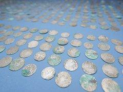 V pokladu jsou zastoupeny pražské groše, půlgroše a také krejcary z okolních zemí z poloviny 16. století.