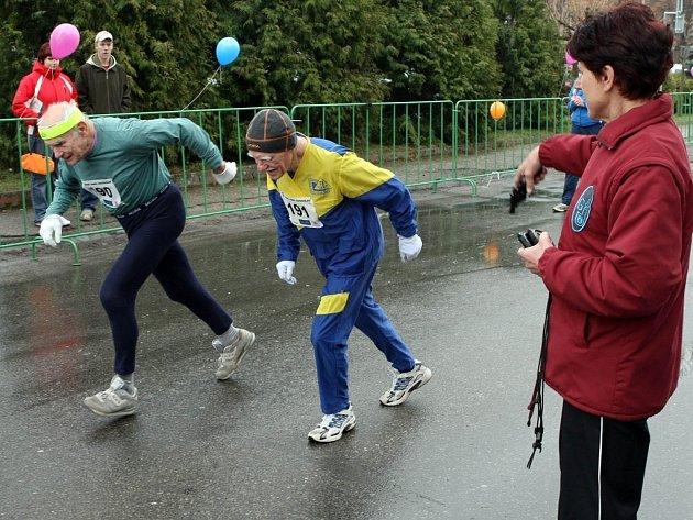 Při tradičním běžeckém závodě v Golčově Jeníkově nechyběli ani veteránští atleti  Jiří Soukup (vlevo) a František Tomášek. Oba na trať vyslala startovním výstřelem legendární běžkyně Jarmila Kratochvílová.