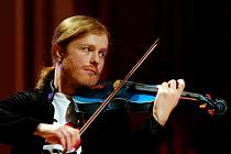 Pavel Šporcl je oblíbený i díky svému nekonvenčnímu vystupování. Získal si tím i mladší generace, než jaké dnes především klasickou hudbu vyhledává.