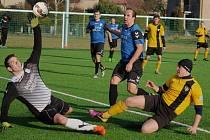 Domácího prostředí využili fotbalisté Chotěboře (ve žlutém), kteří v prvním jarním kole porazili v krajském přeboru žďárský Herálec přesvědčivě 4:0.