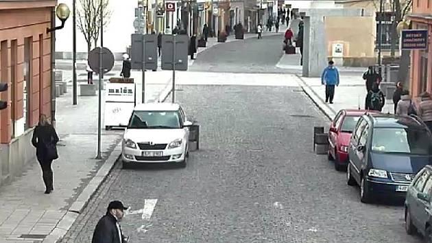 Při hledání vraha z prodejny elektronických cigaret policie využila i záběrů z kamer na ulicích. Podezřelý muž přechází na spodním okraji snímku Benešovu ulici v Jihlavě.