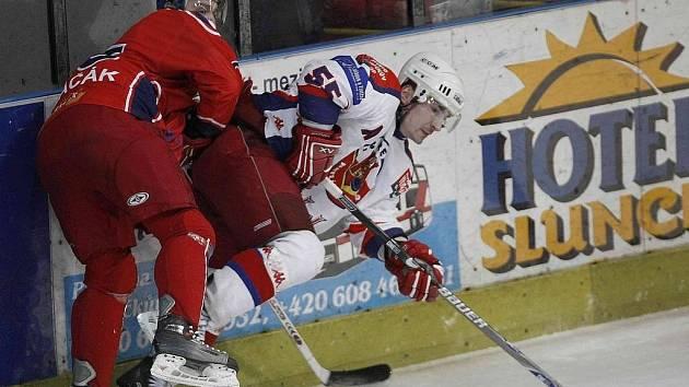 Zastavit se nenechali. Havlíčkobrodští hokejisté (v bílém Vladislav Kubeš) šli tentokrát za vítězstvím hned od úvodní minuty a na konci souboje s Ostravou si na konto připsali tři body za výhru 4:2.
