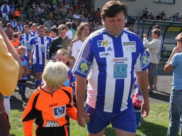 Zkušenost s mládím po boku. Hokejový mistr světa z roku 1985 Vladimír Kameš si v Chotěboři zahrál s Jágr teamem fotbalové utkání.