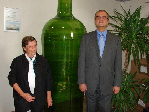 Místostarostka Světlé Lenka Arnotová a ministr financí Miroslav Kalousek u největší lahve ve sklárnách Bohemia Machine.