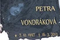 Nový náhrobek. Místem posledního odpočinku zavražděné Petry se stal hřbitov v Opatově na Jihlavsku.