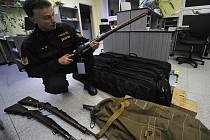 Petr Sulík z ředitelství policie Kraje Vysočina připravoval v pátek 9. ledna v Jihlavě k odvozu do centrálního skladu v Brně zbraně odevzdané při zbraňové amnestii v druhé polovině loňského roku. Na snímku je s ruskou válečnou puškou Mosin.