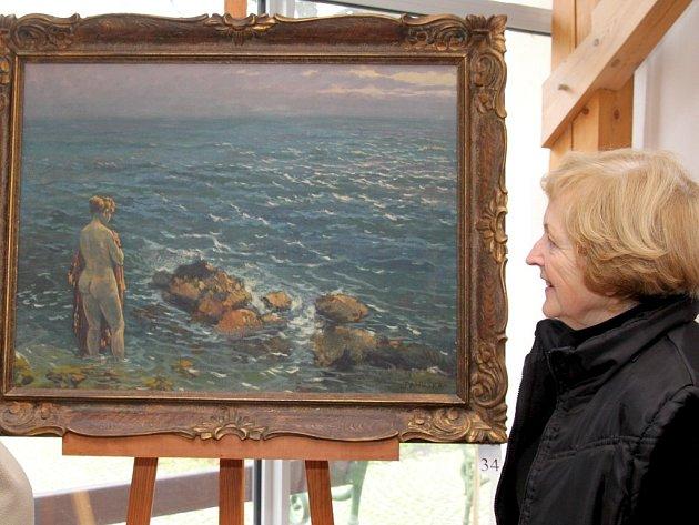 Galerie Goltzova tvrz v Golčově Jeníkově vystavuje rozsáhlou sbírku obrazů akademického malíře Jaroslava Panušky. Na snímku si olej Koupel v moři, který Panuška namaloval v Dubrovníku, prohlíží Zdena Bártová.