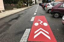 Vodorovné značení v Beckovského ulici je matoucí, cyklisté si myslí, že mají svůj pruh.