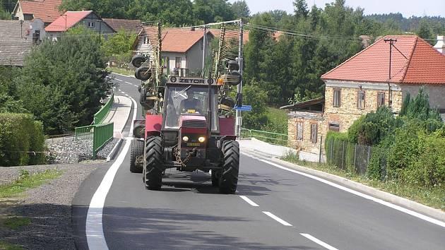 Po silnici mezi Vilémovem a Jeníkovem se o víkendu už jezdilo.