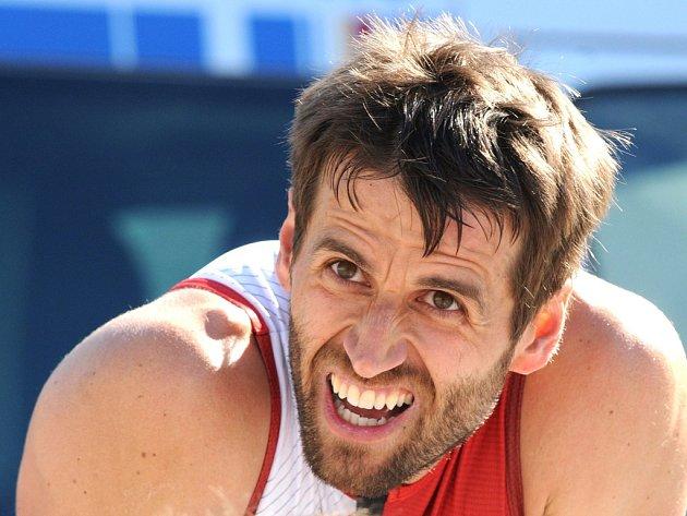 Vyčerpaný doběhl do cíle vítěz elitní kategorie triatlonového závodu Molitanový Muž Petr Miláček (na snímku).