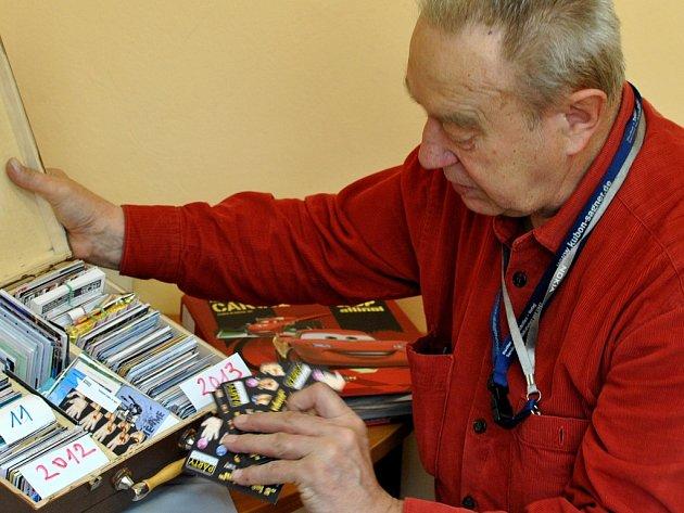Sběratel. Jan Krajdl sbírá malé papírové kartičkové diáře již třicet let. Za tu dobu jich ve své sbírce nashromáždil více než osm tisíc. Nejvíce si cení takzvané autorské kalendáře. Ty si vydávají sami sběratelé.