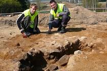 Na nevelké ploše asi 20 krát 30 metrů se podařilo archeologům odhalit hned několik významných nálezů, třeba shořelou budovu ze 13. století.