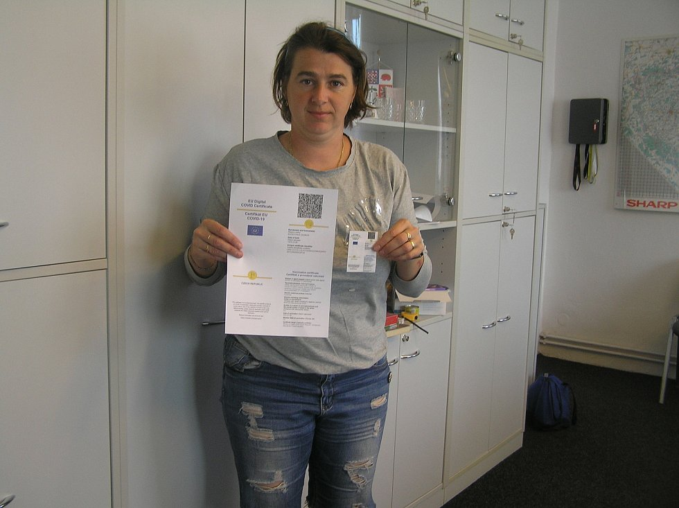 To je rozdíl. Velký covid pas který dostanou lidé v očkovacím centru je nepraktický. Dagmar Bačkovská se rozhodla potřebným pomoci a vyrábí pro potřebné zmenšenou verzi zdarma.