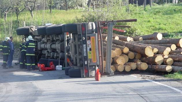 Nehoda se stala v prudké zatáčce. Na místě zasahovali hasiči.