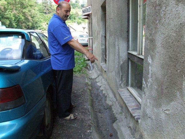 Tady našel jedy. Dvě sportovní tašky se sedmnácti druhy jedů se válely včera ráno pod okny laboratoře přímo na frekventované ulici Polenská.