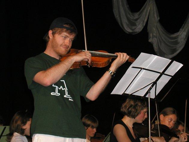 Před dvěma lety vystoupil v Přibyslavi společně s mladými houslisty český houslový virtuóz Pavel Šporcl, tehdy ještě bez dlouhých vlasů.