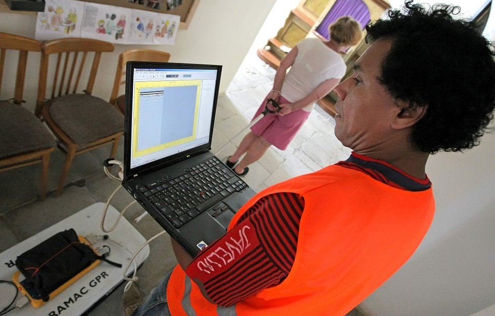 Georadar je propojen s počítačem.