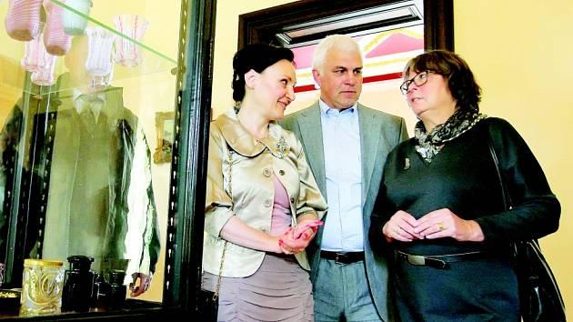 Jako první byla v prostorách světelského zámku otevřena expozice historického skla. Helena Degerme (vlevo) ji představila celé řadě hostů.