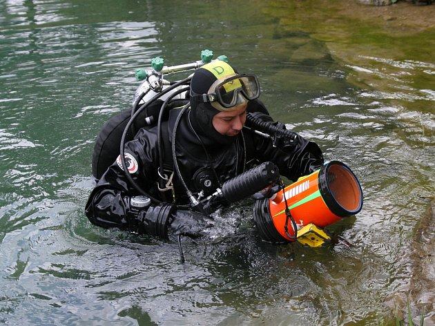 Policejní potápěči zbytečně prohledávali dno řeky Jihlávky před soutokem s Jihlavou, kde mělo dojít ke smyšlenému incidentu mladíka s dalšími třemi muži. Ilustrační foto: