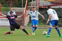 Přesilovku nedokázali proti rezervě Pelhřimovu, která k zápasu přijela pouze v deseti hráčích využít fotbalisté Pohledu (v bílém). Utkání skončilo nerozhodně 2:2.