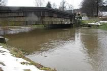 Už v noci ze čtvrtka na pátek dosáhla řeka Šlapanka v Mírovce prvního stupně povodňové aktivity. Hladina vodního toku se ještě odpoledne držela pod 190 centimetry, druhý stupeň se vyhlašuje, když hladina Šlapanky dosáhne dvou metrů.