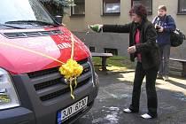 Symbolicky lahví šampaňského. Tak pokřtila ředitelka denního stacionáře pro mentálně postižené Úsvit Dana Koudelková nový automobil určený pro přepravu klientů.