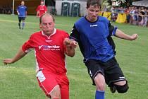 Oporou zadních řad je v Pohledu Josef Eis (vlevo), který je poctivý na tréninku i v zápase. Takto zachraňoval situaci v letním pohárovém zápase proti Přibyslavi.