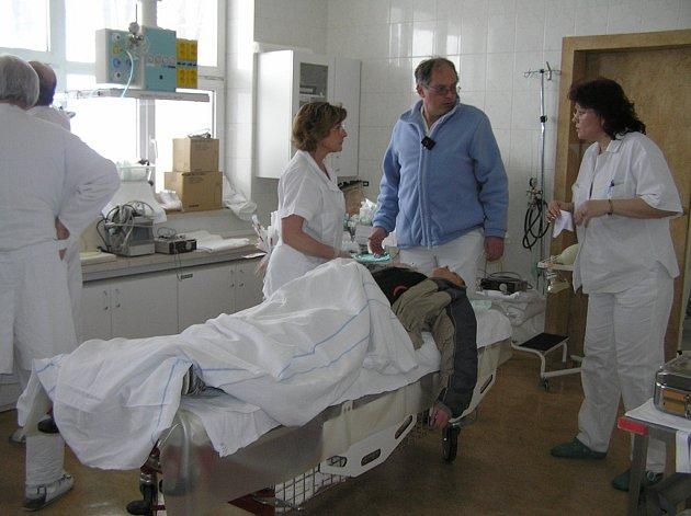 Minimum přesčasu. Nařízení Evropské unie žádá, aby pacienty neošetřovali přepracovaní lékaři. Ilustrační foto: