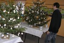 Obecní úřad v Sobíňově provonělo přes třicet vánočních stromků.