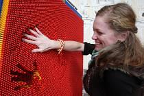 Na speciálním panelu si mohou návštěvníci výstavy otisknout končetiny, obličej nebo část trupu.