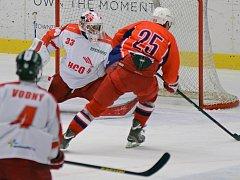 Potvrdí formu? Hokejistům Havlíčkova Brodu (v červeném útočník David Stach) se v Kotlině daří. Vyhráli tam už pětkrát v řadě a šestý korálek by rádi navlékli proti Šumperku.