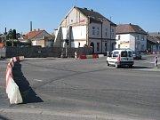 Trpělivostí se museli obrnit řidiči, ale také chodci v Bělohradské ulici, která spojuje autobusový terminál s centrem města. Desítky aut tam popojížděly především odpoledne.