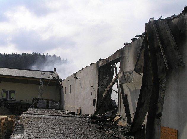 Vyhořelý sklad v Ronově nad Sázavou.