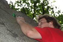 Všude střepy. Ještě před prázdninami byly Koukalky pro lezce nebezpečím. Teď už jsou střepy od lahví pryč.