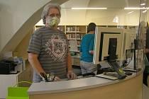 Krajská knihovna v Havlíčkově Brodu se po otevření přibližuje normálnímu provozu. Vrácené výpůjčky ale míří do karantény a čtenáři musejí použít dezinfekci na ruce.