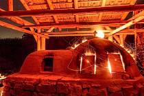 Replika středověké pece na Vlkovsku opět bude vyrábět sklo.