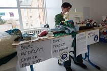 Dnes nedělám charitu pro stát, dnes pracuji pro charitu. S tímto heslem se učitelka informatiky na havlíčkobrodském gymnáziu Zuzana Šimůnková posadila k šicímu stroji a trávila stávku učitelů dobročinnou činností.