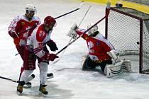 Pelhřimovští hokejisté (na snímku v bílém) ukázali v derby, že se o postup do vyřazovacích bojů ještě poperou. Právě díky větší touze vyhrát brali Lední medvědi tři body.
