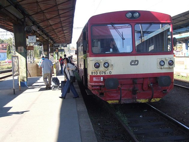 V pondělí před druhou hodinou odpoledne vystoupila ze soupravy jezdící na trase Humpolec – Havlíčkův Brod (na snímku) zhruba desítka lidí.