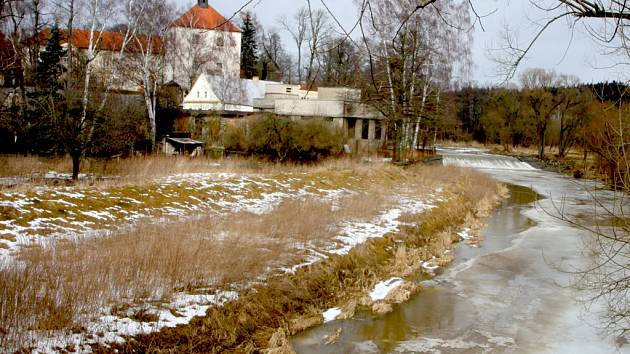 Svévole. Kniha Posázaví na Vysočině nezačíná u pramene řeky, ale v Havlíčkově Brodě. Za tímto městem opět přeskočí několik vesnic, včetně Okrouhlice (na snímku) a na cestu krajinou se vydává teprve v následující vsi, v Dobré nad Sázavou.